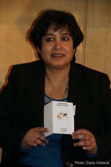 Taslima Nasrin con su Pasaporte de Ciudadanía Universal